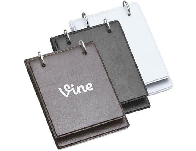https://www.corporativobrindes.com.br/content/interfaces/cms/userfiles/produtos/bloco-de-anotacoes-de-mesa-em-couro-personalizado-para-brindes-2-321.jpg